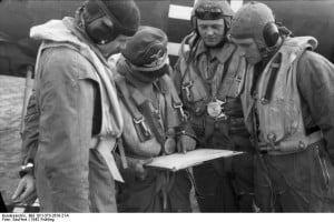 Briefing pilotes © Bundesarchiv, Bild 101I-373-2619-21A / Seuffert / CC-BY-SA