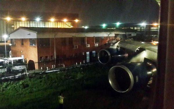 Un 747 découpe un bâtiment