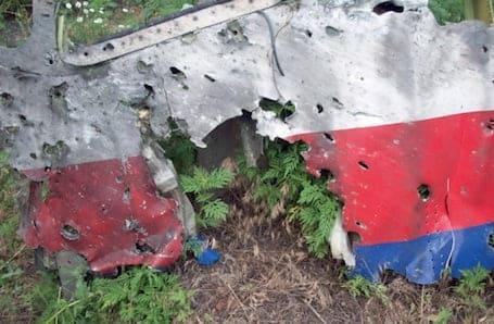 Partie avant du fuselage du 777 (MH17) avec une multitudes d'impacts     © Dutch Safety Board