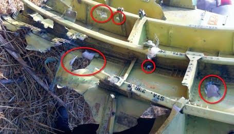 Le plafond du cockpit du 777 (vol MH17) montre les trous faits par des projectiles extérieurs © Dutch Safety Board